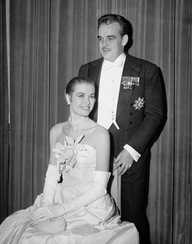 Grace kelly y Rainiero de Monaco imagen de su compromiso oficial ella lleva su primer vestido de Dior confeccionado por Marc Bohan.